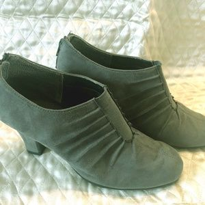 Cute Gray Suede Aerosoles Booties Size 8/12